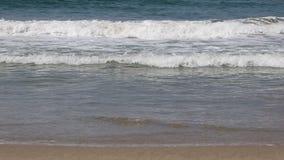 Волны разбивая дальше к песчаному пляжу акции видеоматериалы
