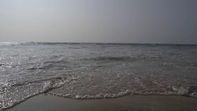 Волны разбивая на угле seashore низком сток-видео