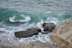 Волны разбивая на утесах в голубом океане Стоковые Фотографии RF