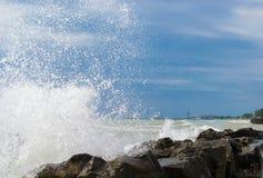 Волны разбивая на утесах стоковая фотография