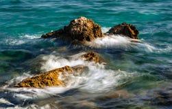 Волны разбивая против утесов на море Стоковая Фотография