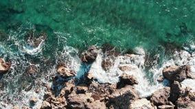 Волны разбивая скалистый пляж Весьма волны ударяя seashore Большой брызгать океанских волн Взгляд сверху скалистой береговой лини акции видеоматериалы