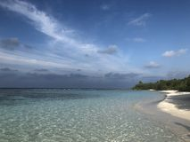 Волны рифа лагуны песочных белых кристально ясных небесно-голубых теней Мальдивов пляжа зеленые стоковая фотография