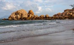Волны свертывая на пляж на Horseshoe заливе, Bowen стоковая фотография rf