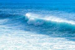 Волны тормозя близко к пляжу подпирают с голубой пеной воды и приводить к океана бирюзы белой на яркий солнечный день Стоковые Изображения RF