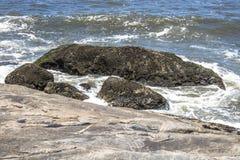 Волны ударили утесы стоковое изображение rf