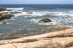 Волны ударили утесы стоковые изображения rf