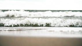 Волны ударяя берег видеоматериал