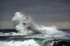 волны шторма моря крышки coas Маяк в порте Ahtopol, Чёрного моря, Болгарии Стоковое фото RF