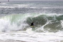 Волны Bodyboarder улавливая на клине в пляже Ньюпорта Стоковые Фото