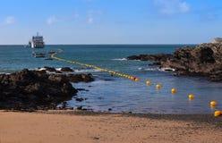 Волокно - оптический кабель приходя ashore стоковые фотографии rf
