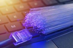 Волоконная оптика в голубом, конец вверх с локальными сетями и backgr клавиатуры стоковые изображения rf