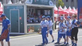 Волонтеры в зоне вентилятора кубка мира 2018 идут работать сток-видео