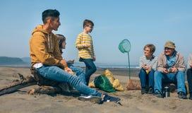 Волонтеры отдыхая после очищать пляж стоковое фото rf