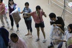 Волонтеры формируют к людской конвейерной ленте Стоковые Фотографии RF