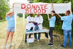 Волонтер команды рекламирует донорство крови стоковая фотография rf