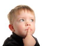 волосы белокурого мальчика милые смотря вверх детенышей Стоковое фото RF