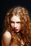 Волосы девушки курчавые красные Стоковые Фотографии RF
