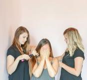 Волосы девушки чистя щеткой Стоковые Фотографии RF