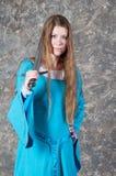 волосы длиной представляют детенышей женщины шпаги Стоковые Изображения