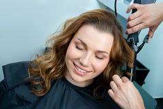 Волосы женщины завивая Стоковая Фотография RF