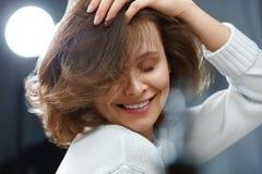 волосы здоровые Красивая женщина с короткими коричневыми волосами стоковые изображения rf