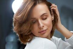 волосы здоровые Красивая женщина с короткими коричневыми волосами стоковые фотографии rf