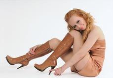 волосы золота ботинка она женщина касаний Стоковая Фотография