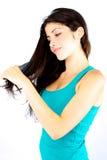 Волосы красивейшей девушки счастливые чистя щеткой длинние Стоковые Фотографии RF