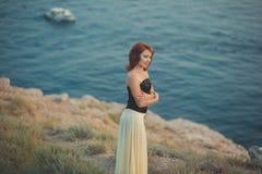 Волосы красного огня женщины девушки дамы романтичного календаря эпизода уютного обольстительные свежие ждать ее моряк мечтают па стоковая фотография