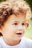 волосы мальчика курчавые стоковая фотография rf
