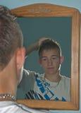 волосы мальчика gelling стоковое изображение rf