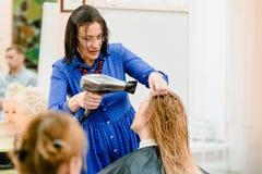 Волосы парикмахера суша стоковые изображения rf