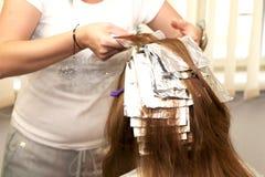 Волосы расцветки парикмахера в студии стоковое изображение rf