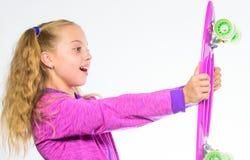 Волосы ребенк длинные носят доску пенни Пластичные скейтборды для ежедневного конькобежца Доска пенни владением ребенка Выберите  стоковое фото rf