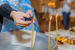Волосы священника горящие в пламени свечи в церков Стоковая Фотография RF