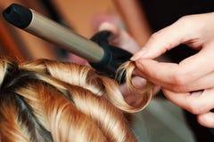 Волосы скручиваемости парикмахера стоковая фотография rf