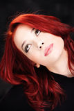 волосы смотря красную поднимающую вверх женщину Стоковые Фото