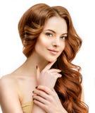Волосы тома beuty Молодая модельная женщина с сияющее объемистое волнистым стоковые фотографии rf