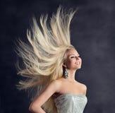 Волосы фотомодели длинные, счастливая молодая женщина со стилем причесок летания, уходом за волосами девушки стоковая фотография rf