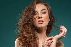 Волосы чувственной женщины влажные на зеленом цвете на зеленом цвете стоковая фотография
