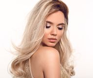 Волосы Ombre белокурые волнистые Портрет женщины моды красоты белокурый Красивая модель девушки с макияжем, длинный здоровый пред стоковые фотографии rf