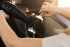 Волосы ` s женщины засыхания парикмахера в салоне красоты Стоковая Фотография RF