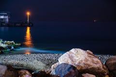 Волшебная гавань на ноче с скалистыми берегом и светами Стоковое Изображение RF