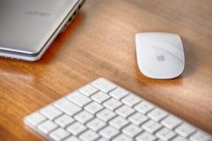 Волшебная клавиатура, волшебная мышь Яблока iMac и Acer ноутбука стоковые изображения rf