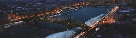 Волшебная панорама города на сумраке, реке, мосте 2 и ci стоковые изображения