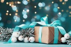 Волшебная предпосылка рождества с подарочной коробкой и снежной елью Поздравительная открытка с влиянием bokeh Стоковые Фотографии RF