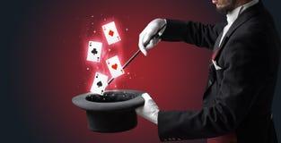 Волшебник делая фокус с палочкой и играя карточками стоковые изображения