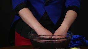 Волшебник женщины делая фокусы с песком в воде видеоматериал