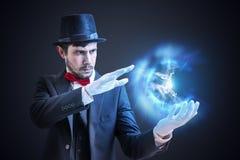 Волшебник или illusionist показывают яркий шарик плазмы излучая световые лучи стоковое фото rf